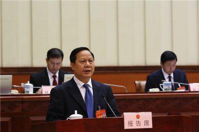 黄必贵作关于自治区环境保护条例(修订草案)的审议报告