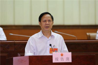 黄必贵作关于自治区十二届人大四次会议主席团交付审议的第7号议案审议结果的报告