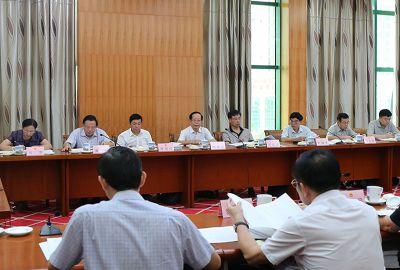 自治区十二届人大常委会第二十五次会议26日下午举行分组会议