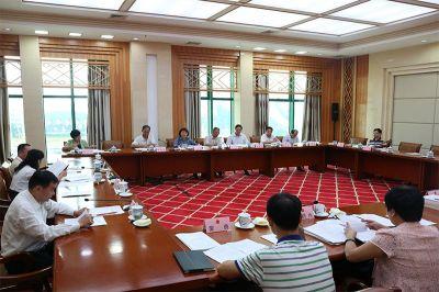 自治区十二届人大常委会第二十五次会议27日下午举行分组会议