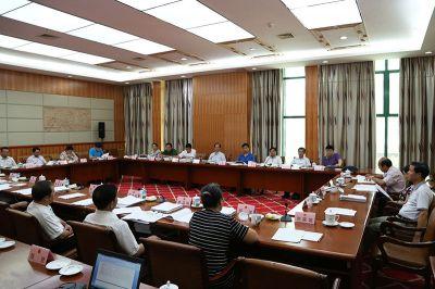 自治区十二届人大常委会第二十五次会议28日下午举行分组会议