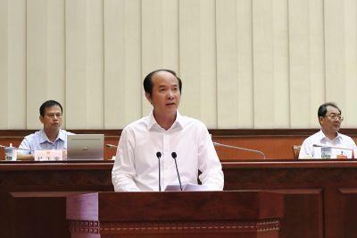新任命的自治区副主席黄伟京作表态性发言