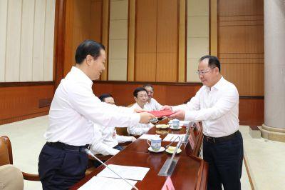 自治区人大常委会举行颁发任命书和宪法宣誓仪式