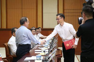 自治区人大常委会举行颁发任命书仪式