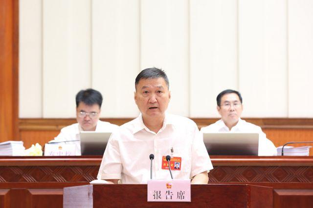 李宁波作关于自治区十三届人大四次会议主席团交付审议的第12号议案审议结果的报告