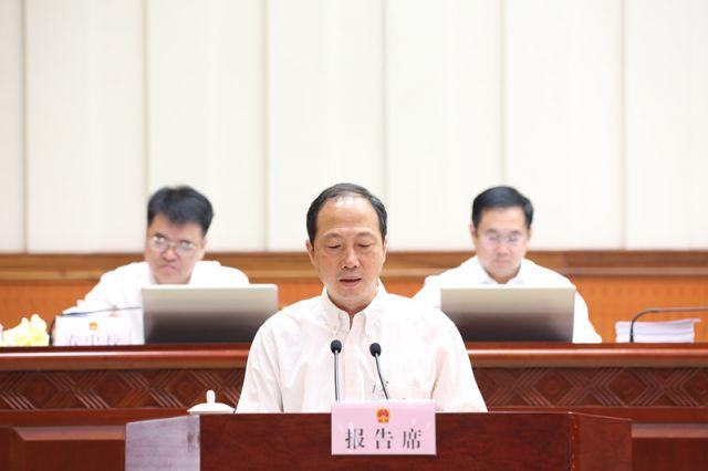 吴玉斌作关于自治区十三届人大四次会议主席团交付审议的第2、11号议案审议结果的报告