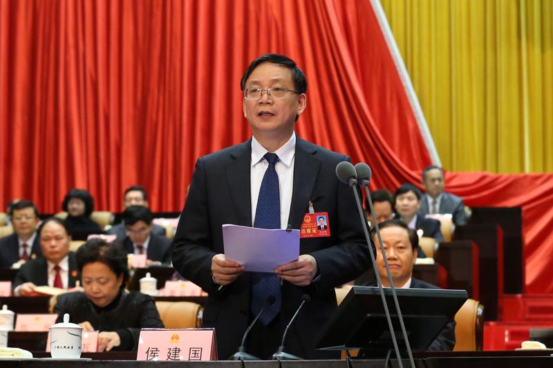 侯建国主持自治区十二届人大六次会议第二次全体会议