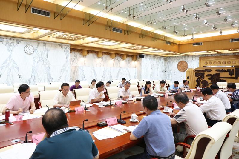 自治区人大常委会调研组听取我区医药卫生体制改革工作情况汇报
