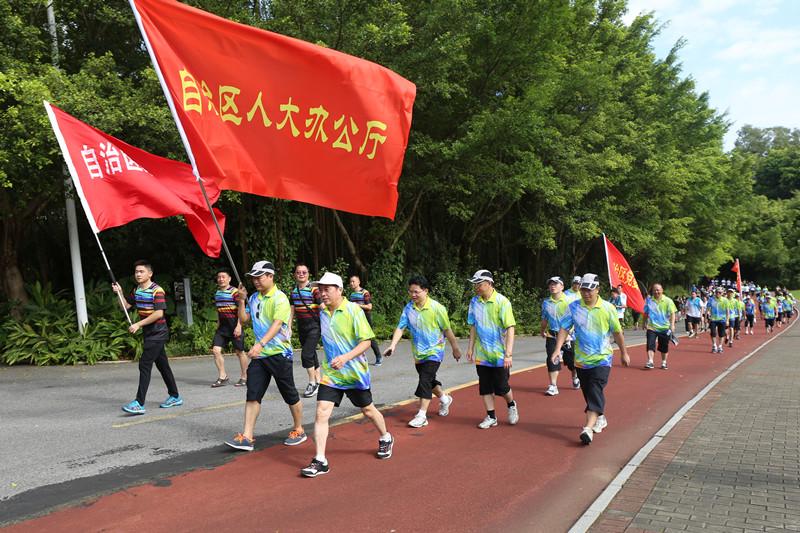 自治区人大机关干部职工参加第九届广西体育节开幕式