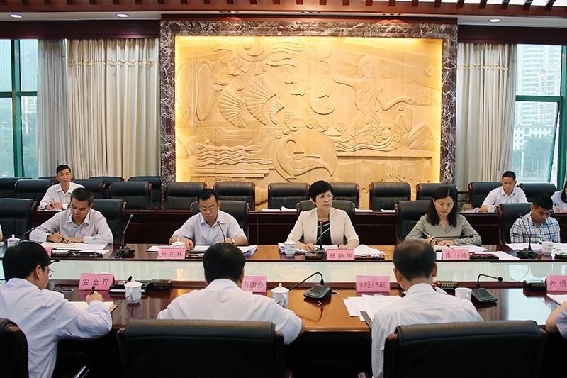 杨静华出席自治区人大常委会海防工作情况座谈会