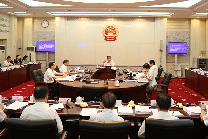 自治区十三届人大常委会第八次主任会议举行