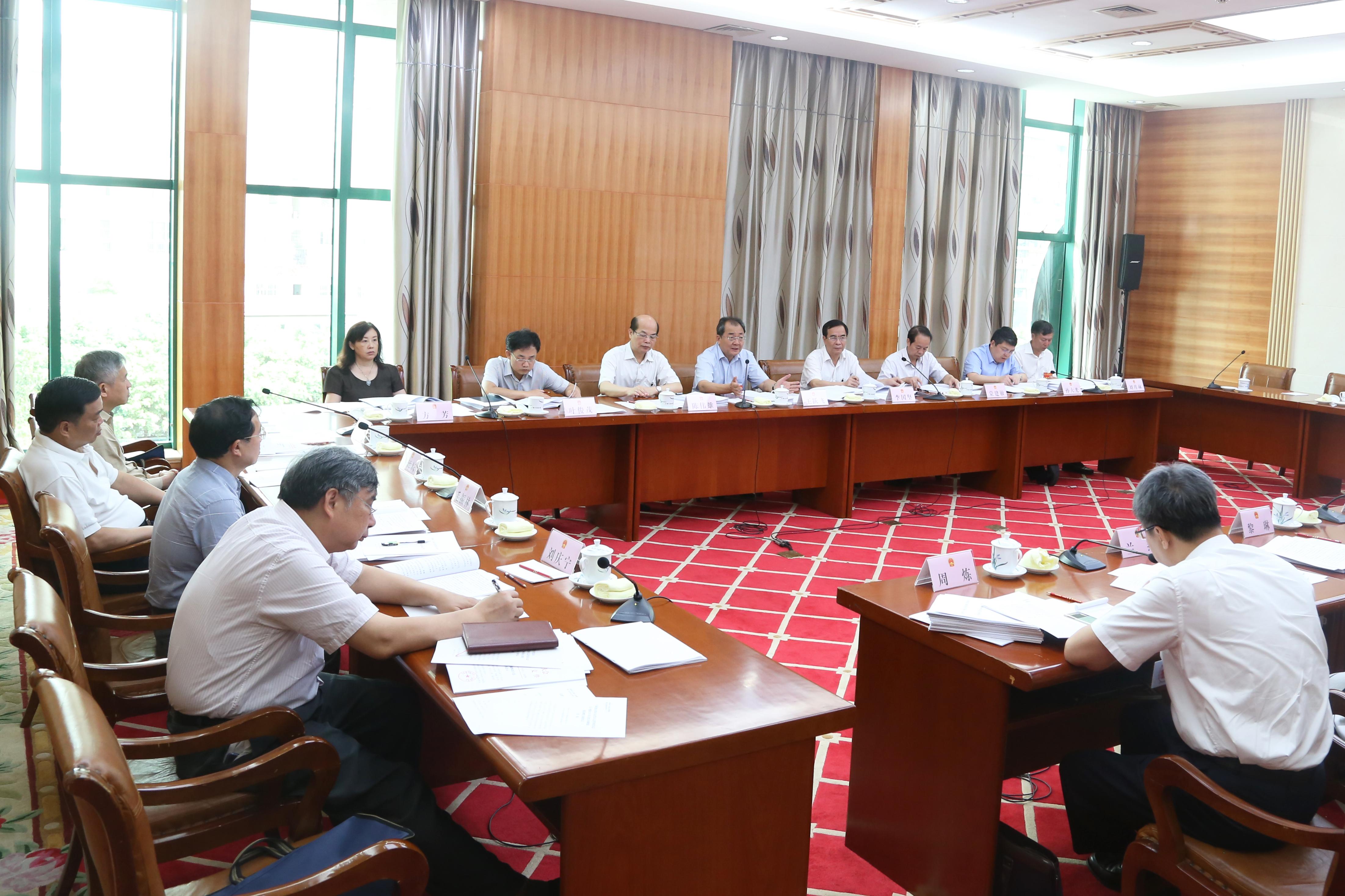 自治区十三届人大常委会第三次会议5月30日上午召开分组会议