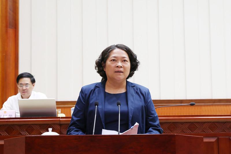新任命的自治区副主席严植婵作表态发言