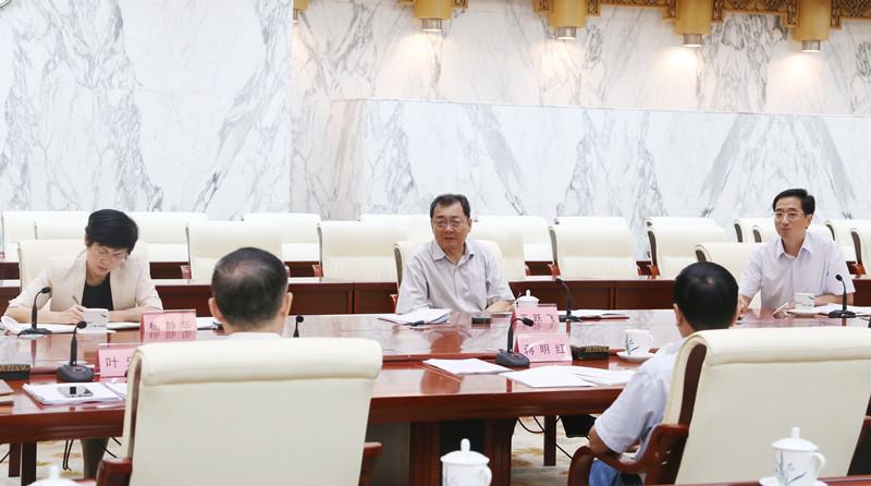 自治区人大常委会听取优化营商环境调研情况汇报