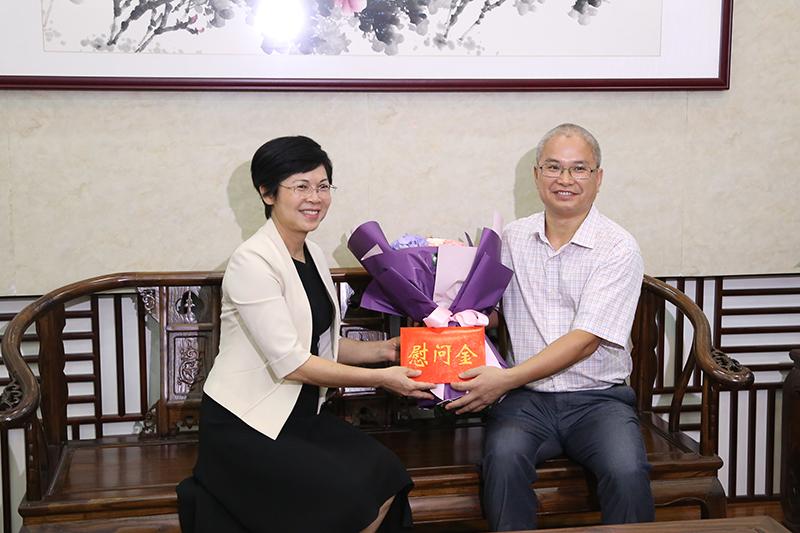 杨静华看望慰问优秀教师代表