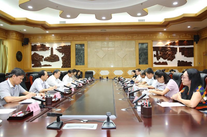 张秀隆主持召开自治区十二届、十三届 人大环资委、农委组成人员工作座谈会
