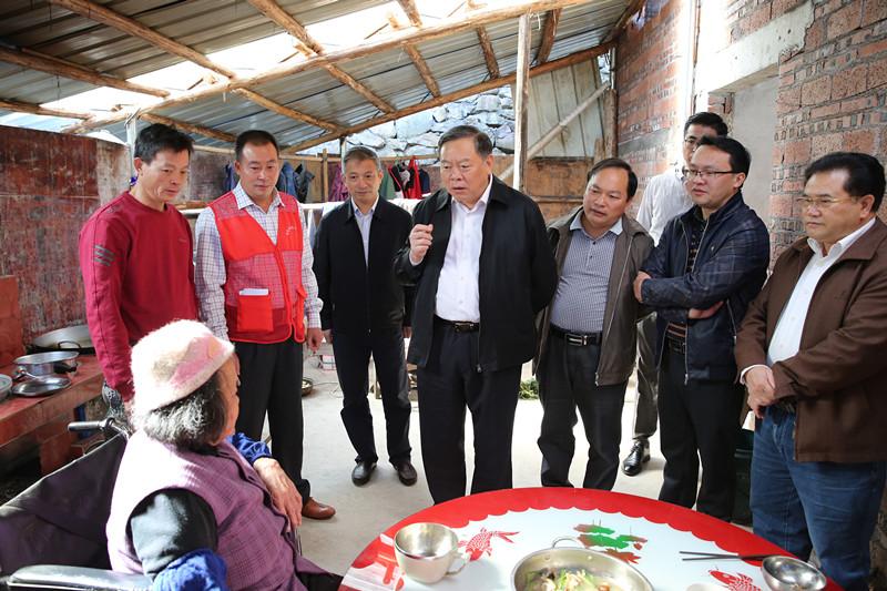 张秀隆赴金秀瑶族自治县深度贫困乡镇开展脱贫攻坚调研