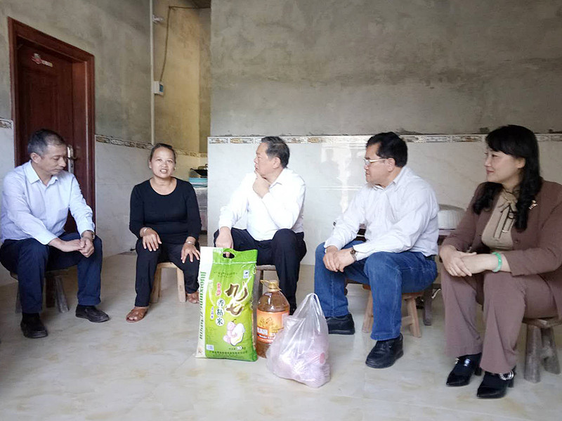 张秀隆带队到金秀瑶族自治县罗香乡龙坪村开展扶贫日活动