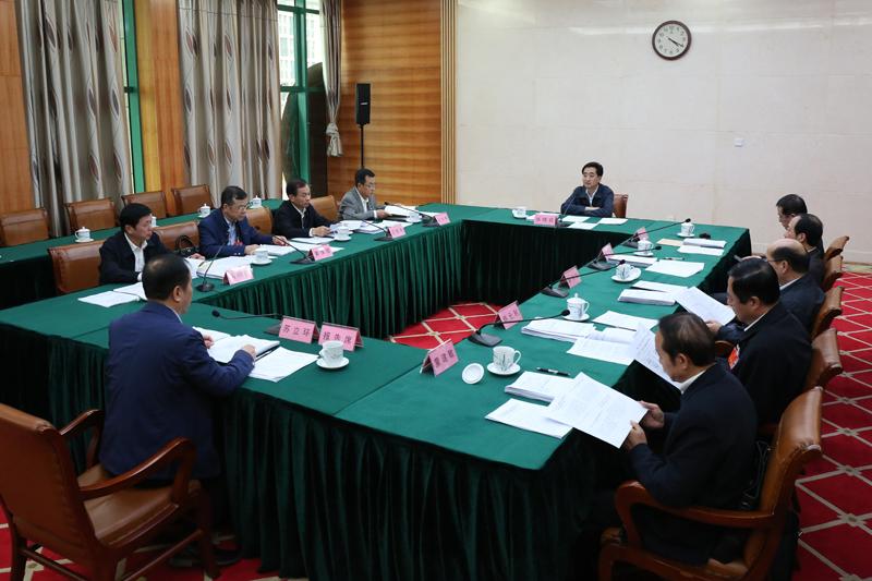 自治区十三届人大二次会议议案审查委员会召开会议