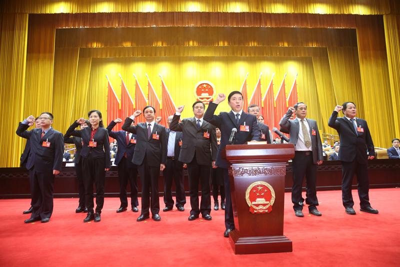 自治区十三届人大二次会议举行宪法宣誓仪式