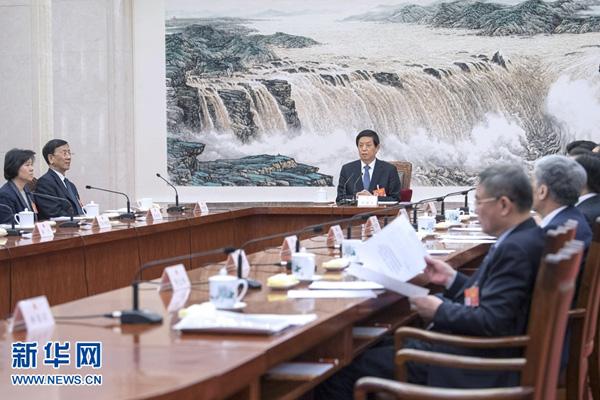 十三届全国人大二次会议主席团常务主席第三次会议举行