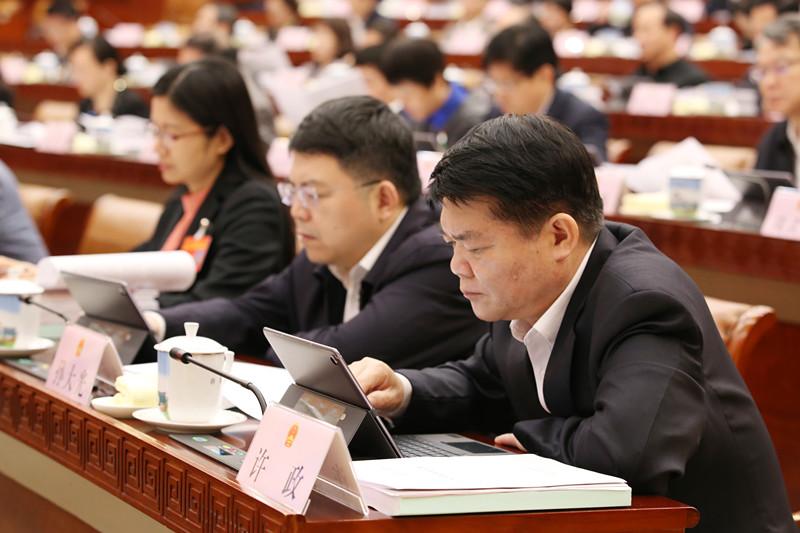 常委会组成人员在认真审议
