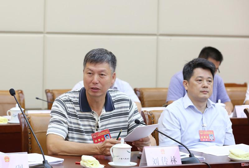 自治区十三届人大常委会第十次会议7月25日上午召开分组会议