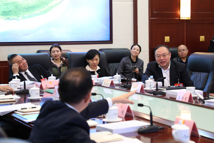 人大代表审议自治区水污染防治条例草案
