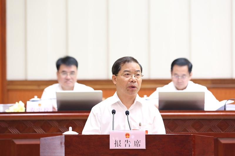 韦以明作关于《广西壮族自治区土壤污染防治条例(草案)》审议结果的报告等